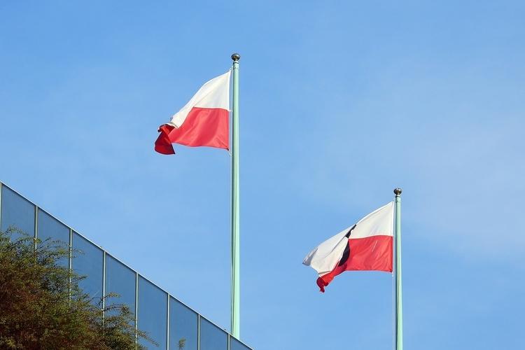 Flagi Polski powiewajace na wietrze
