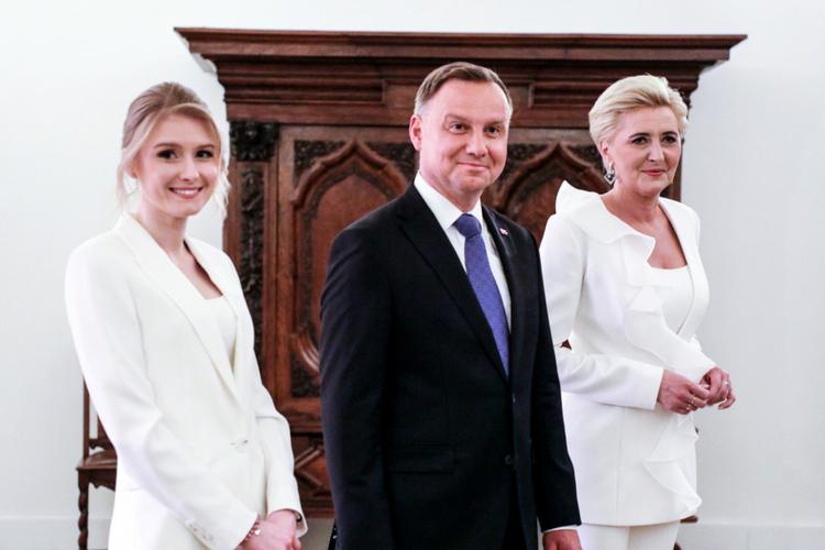 Kinga Duda w białym garniturze, Andrzej Duda w ciemnym garniturze i Agata Duda w białym garniturze podczas wyborów