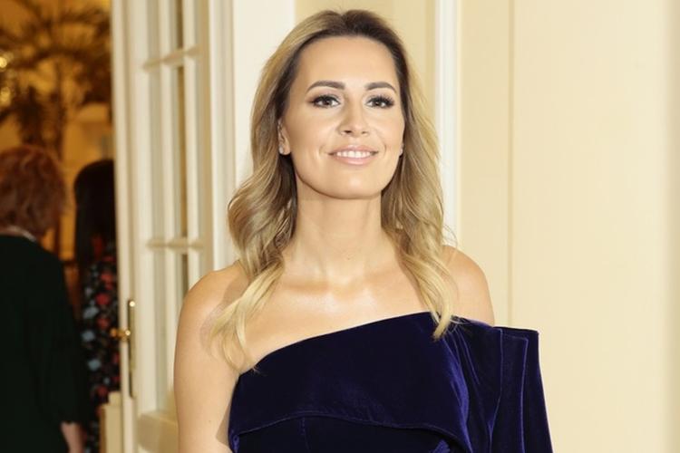 Agnieszka Hyży w fioletowej sukience na gali 10-lecia Polsat Cafe