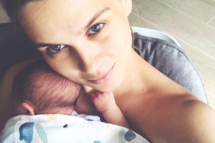 Agnieszka Kaczorowska ze swoją małą córeczką Emilką w beciku