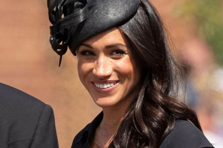 Księżna Meghan pozuje uśmiechnięta na ślubie przyjaciela