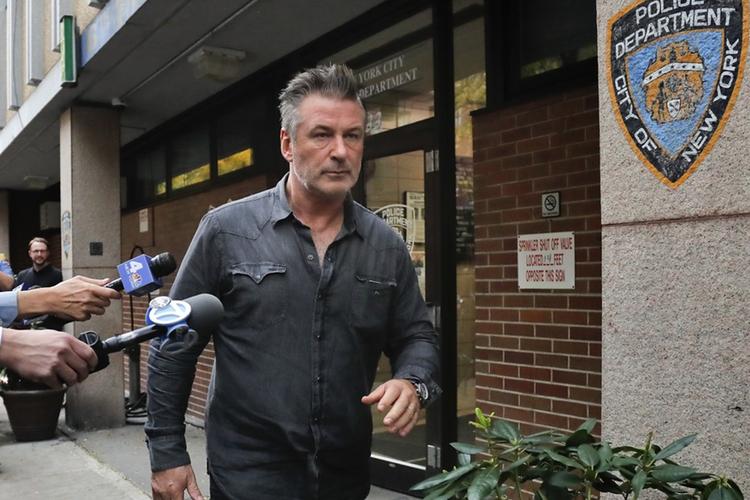 Alec Baldwin pod siedzibą nowojorskiej policji unika fotoreporterów