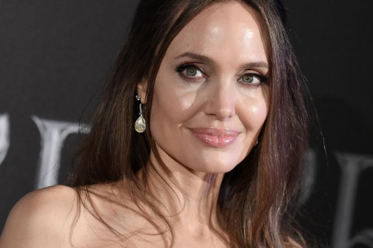 """Angelina Jolie w czarnej sukience na premierze filmu """"Czarownica 2"""""""