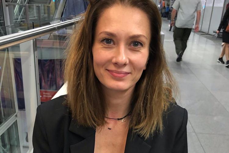 Anita Sokołowska w czarnej marynarce na lotnisku