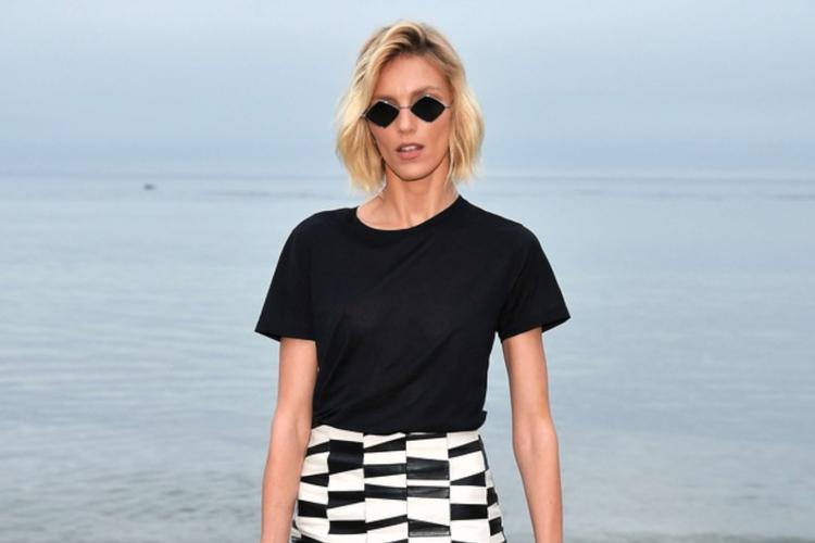 Anja Rubik w czarnej koszulce i okularach na pokazie Yves Saint Laurent