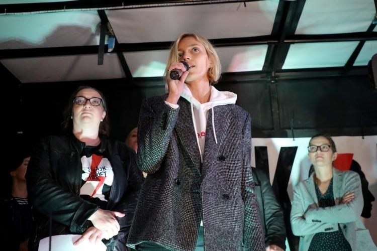 Anja Rubik protestowała pod Sejmem.