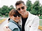 Anna Lewandowska w jeansowej kurtce i okularach przeciwsłonecznych i Robert Lewandowski w jasnej marynarce i żółtych okularach