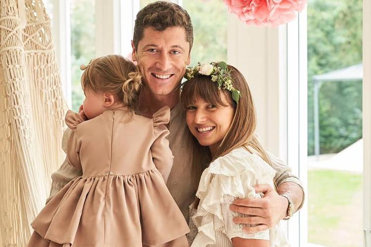 Robert Lewandowski w lnianej koszuli, Anna Lewandowska w wianku i Klara Lewandowska w sukieneczce