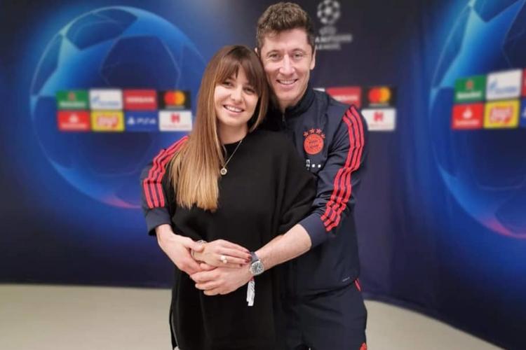 Anna Lewandowska w czarnym sweterku i Robert Lewandowski w dresie po meczu Bayernu Monachium