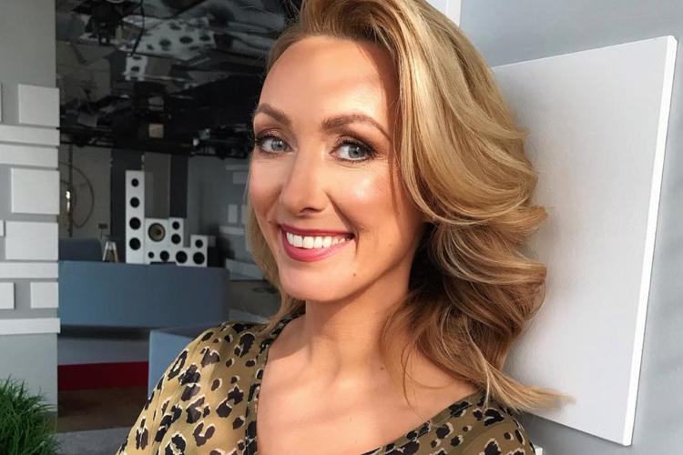 Anna Kalczyńska uśmiechnięta w bluzce w panterkę