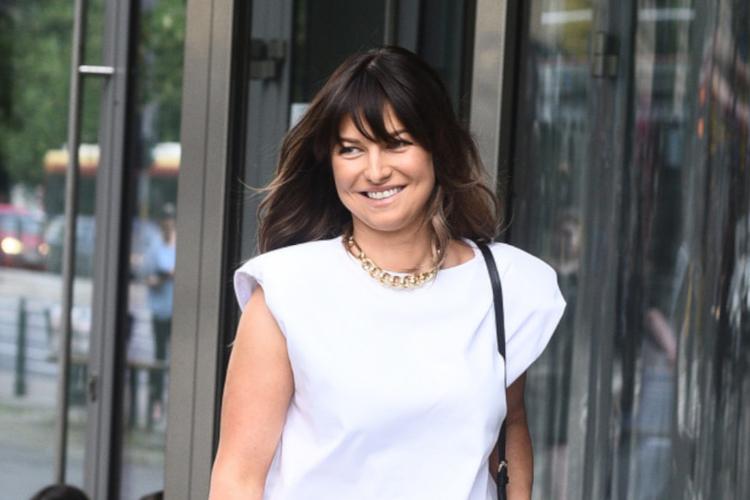 Anna Lewandowska uśmiechnięta w modne, białej koszulce