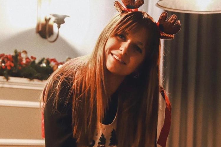 Anna Lewandowska w świątecznych rogach na głowie piecze pierniczki