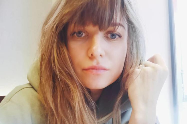 Anna Lewandowska zasmucona w szarej bluzie z kapturem