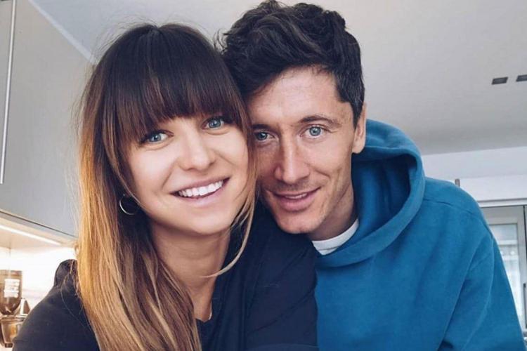 Anna Lewandowska w czarnej bluzce i Robert Lewandowski w niebieskiej bluzie przy porannej kawie