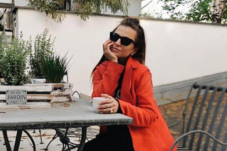 Anna Lewandowska na spacerze w czerwonym płaszczu, białych butach i okularach przeciwsłonecznych