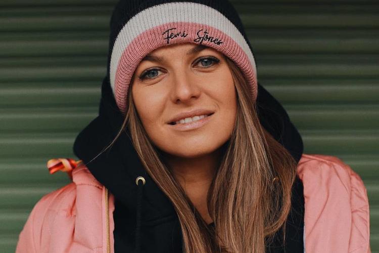 Anna Lewandowska w różowej kurtce i czapce