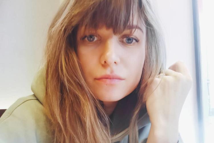 Anna Lewandowska zasmucona w szarej bluzie i z grzywką