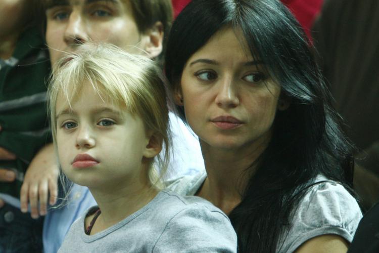 Anna Przybylska z małą Oliwią Bieniuk na kolanach