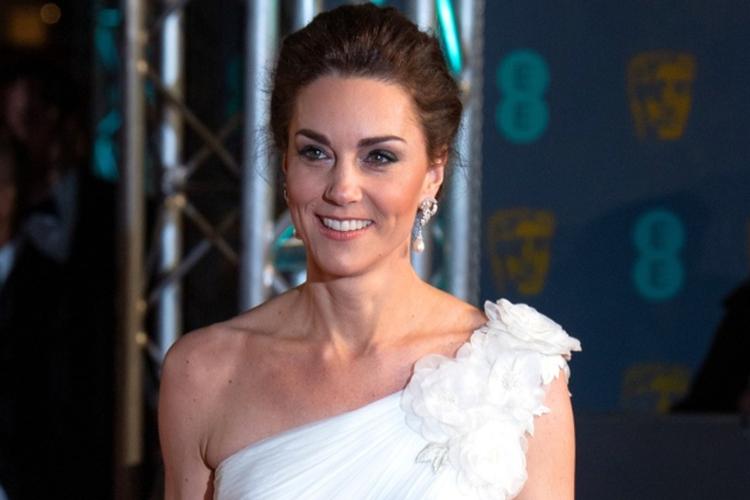 Księżna Kate w białej sukni na czerwonym dywanie podczas BAFTA 2019