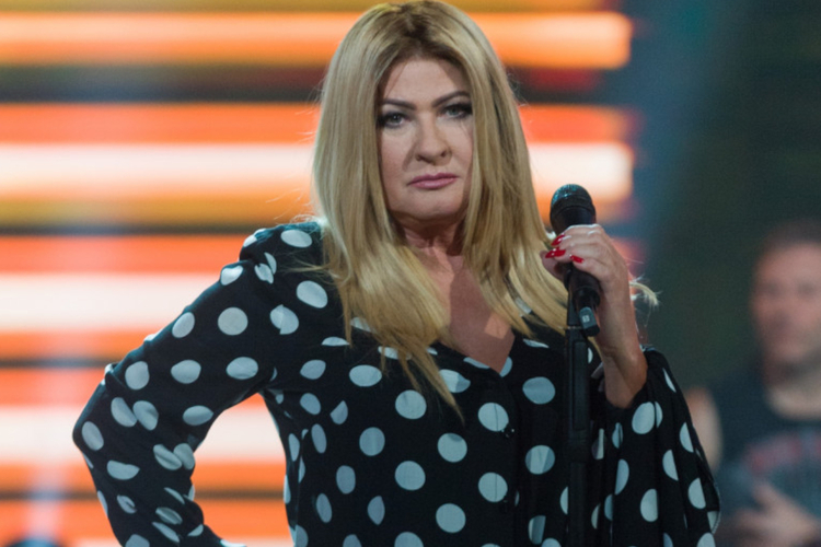 Beata Kozidrak na scenie w czarnej bluzce w białe groszki