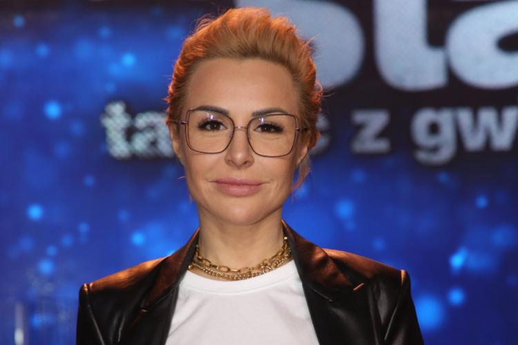 """Blanka Lipińska uśmiechnięta w okularach w programie """"Taniec z gwiazdami"""""""