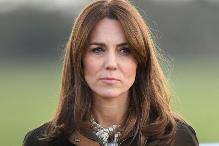 Księżna Kate w kurtce khaki stoi zasmucona