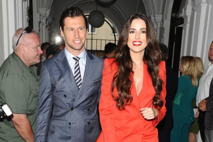 Grzegorz Krychowiak w stalowym garniturze i Celia Jaunat w czerwonym komplecie