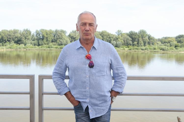 Karol Strasburger nad Wisłą w niebieskiej koszuli