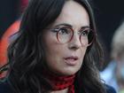 Kasia Kowalska w okularach i czerwonym szaliku w czarne kropki po koncercie