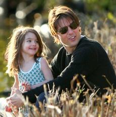 Tom Cruise w okularach i mała Suri Cruise w parku