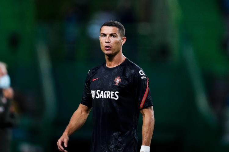 Cristiano Ronaldo z poważną miną w czarnej koszulce na boisku