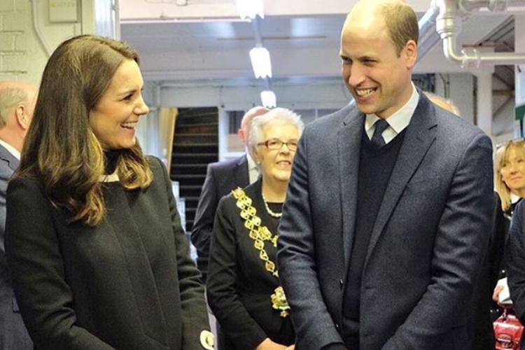 Dlaczego księżna Kate nosi płaszcz w pomieszczeniach?
