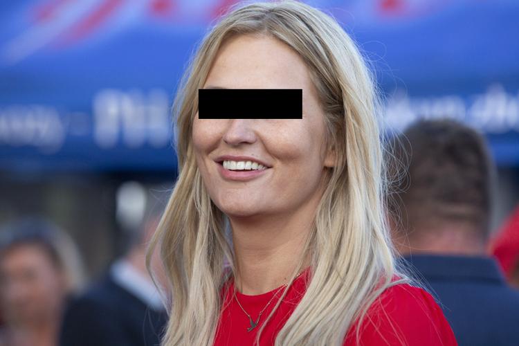 Dominika T.-W. w czerwonym swetrze