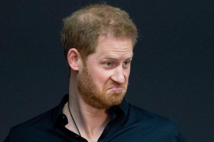 Książę Harry w czarnej bluzie ze zdziwioną miną