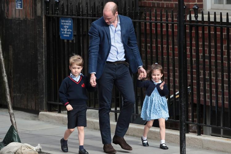 Książę William z księciem Georgem i księżniczką Charlotte idzie ulicą