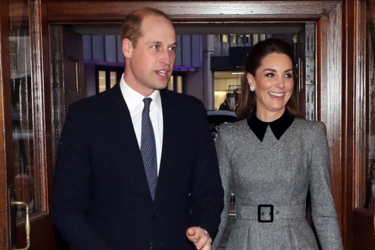 Książę William w garniturze i księżna Kate w szarej sukience podczas Międzynarodowego Dnia Pamięci o Ofiarach Holokaustu