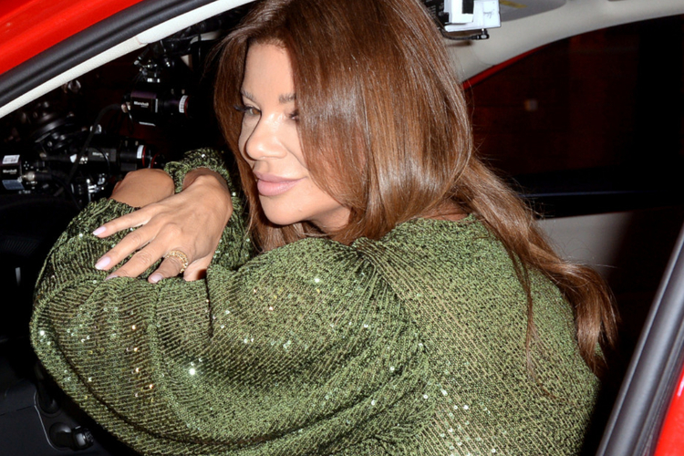 Edyta Górniak w zielonej sukience w czerwonym samochodzie