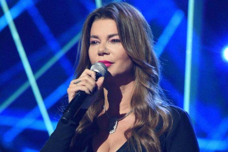 """Edyta Górniak śpiewa w czarnej sukni na scenie programu """"Taniec z Gwiazdami"""""""