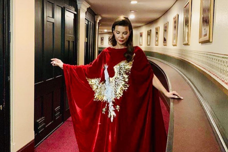 Edyta Górniak w czerwonej sukni ze złotym orłem na piersiach