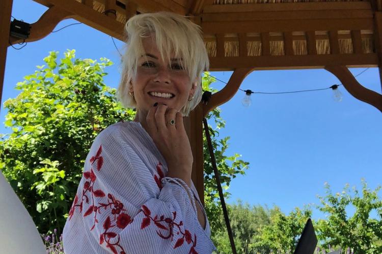Edyta Pazura w letniej sukience pod altaną na wakacjach