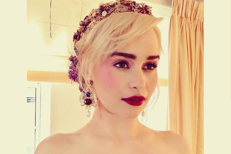 Emilia Clarke w wianku z mocnym makijażem