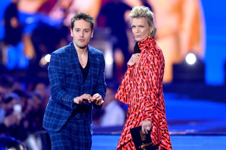 Krzysztof Zalewski w garniturze w kratę i Magda Mołek w czerwonej sukience