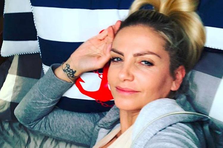 Maja Frykowska leży na łóżku