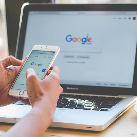 internauta wyszukujący hasła w Google