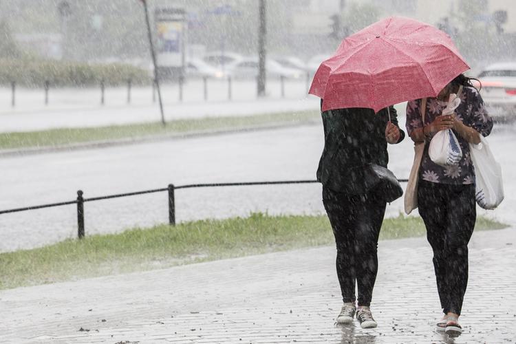 Ludzie w deszczu