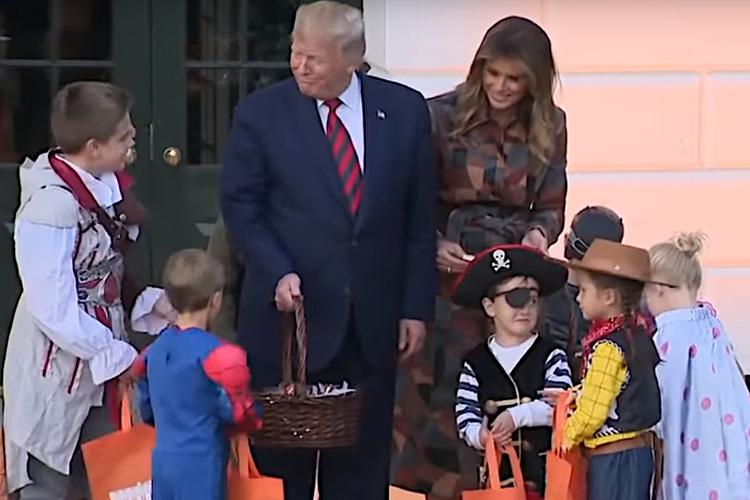 Donald Trump i Melania Trump rozdają dzieciom słodycze na Halloween w Białym Domu