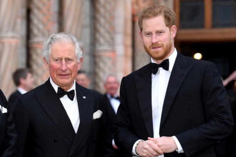 Książę Harry i książę Karol w smokingach