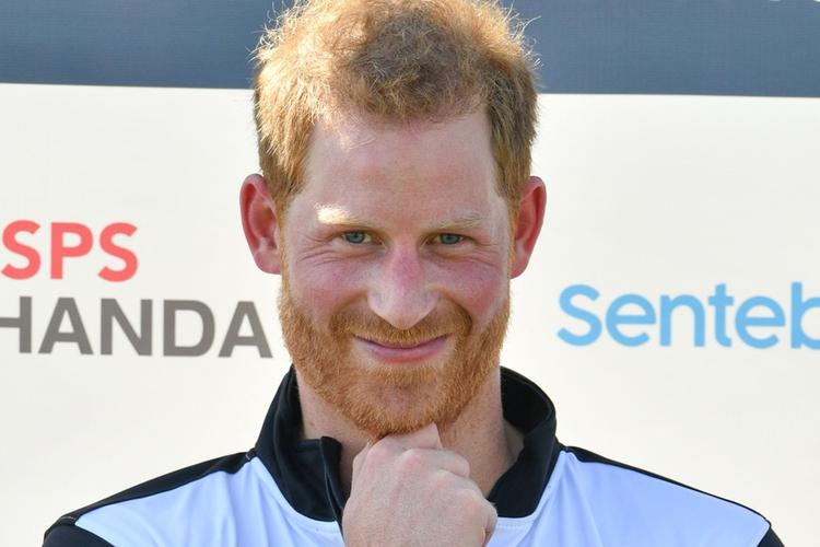 Książę Harry uśmiecha się po meczu polo