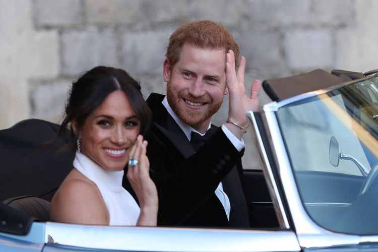 Księżna Meghan i książę Harry w samochodzie zaraz po ślubie