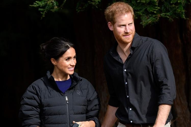 Księżna Meghan w ciąży w kurtce Harry'ego i książę Harry w lesie w Australii